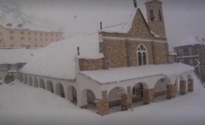 Neve prevista anche nei prossimi giorni, entusiasmo tra gli appassionati di sci e sport invernali