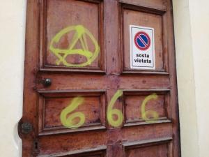 Scritte sataniche sulla porta di Santa Chiara, presi di mira dai vandali anche negozi, scuole e automobili (LE IMMAGINI)