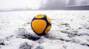 Chiudono le scuole e i valichi alpini, ma il calcio non si ferma