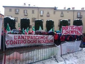 La manifestazione 'antifascista' ha resistito al maltempo