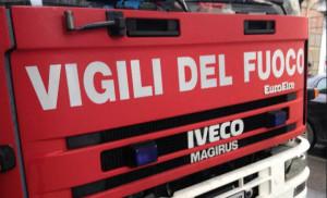 Incendio in una legnaia a Piasco, le operazioni di spegnimento durate 8 ore
