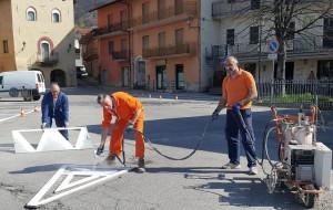 Rifreddo: per risparmiare, sindaco e amministratori tracciano la segnaletica