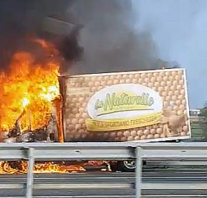 Furgone a fuoco sull'autostrada Torino-Savona (IL VIDEO)