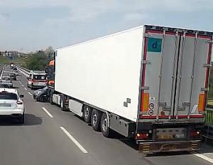 Incidente sull'Est-Ovest: scontro tra un camion e un'auto (VIDEO)