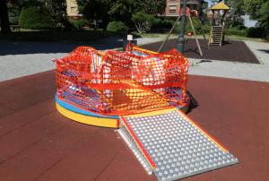 Danneggiata una giostra per bambini disabili ai giardini Fresia