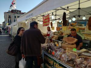 IL M5S contro il Mercato Europeo: 'Scarsa igiene e poco ordine'