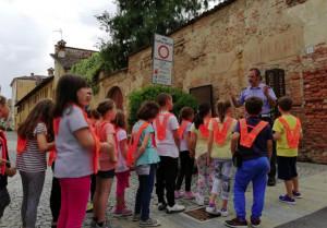 Gli agenti della Municipale di Cherasco in strada con gli studenti