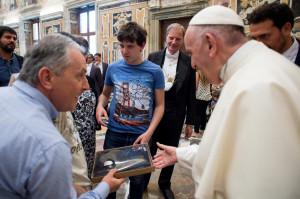 Una polo di 'Famiglia 6 Granda' per Papa Francesco