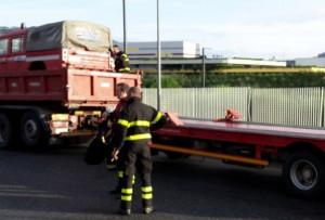 Copertone di un autoarticolato a fuoco sull'autostrada A6