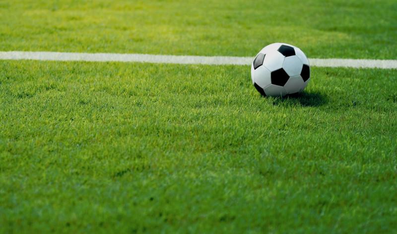 Lancia bottiglie contro l'arbitro, denunciato: gli stadi cuneesi non sono più 'zone franche'