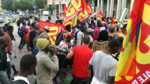 'Casa per tutti, lavoro per tutti': i migranti di Saluzzo manifestano a Cuneo (FOTO E VIDEO)