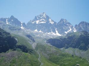 Alpinista precipita durante la discesa dal Monviso, difficili le operazioni di soccorso