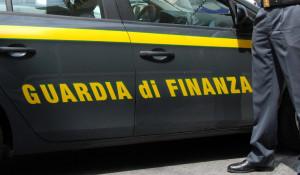 Si presenta come agente della Guardia di Finanza di Cuneo, ma è tutto falso: denunciato