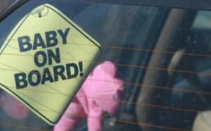Bambino di 4 mesi rimane chiuso in macchina insieme alle chiavi