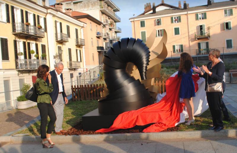 'L'abbraccio del cigno' in piazza Boves