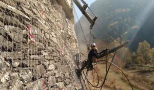 Lavori di protezione dalla caduta massi lungo la strada tra Canosio e Marmora in valle Maira