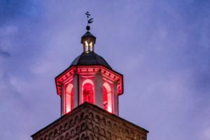 Busca, il campanile della Rossa illuminata di rosa per la prevenzione dei tumori femminili