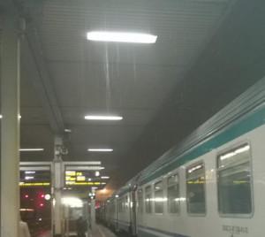 Piove su Cuneo, alla stazione ferroviaria si può 'fare la doccia'