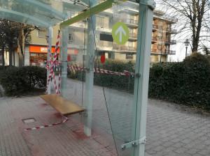 Sfondato il vetro di una fermata del bus in corso Giolitti