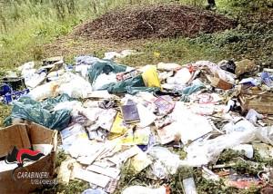 Abbandonano rifiuti speciali sulla riva destra del Tanaro: denunciati in due