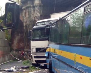 Incidente tra un camion e un bus che trasportava una scolaresca