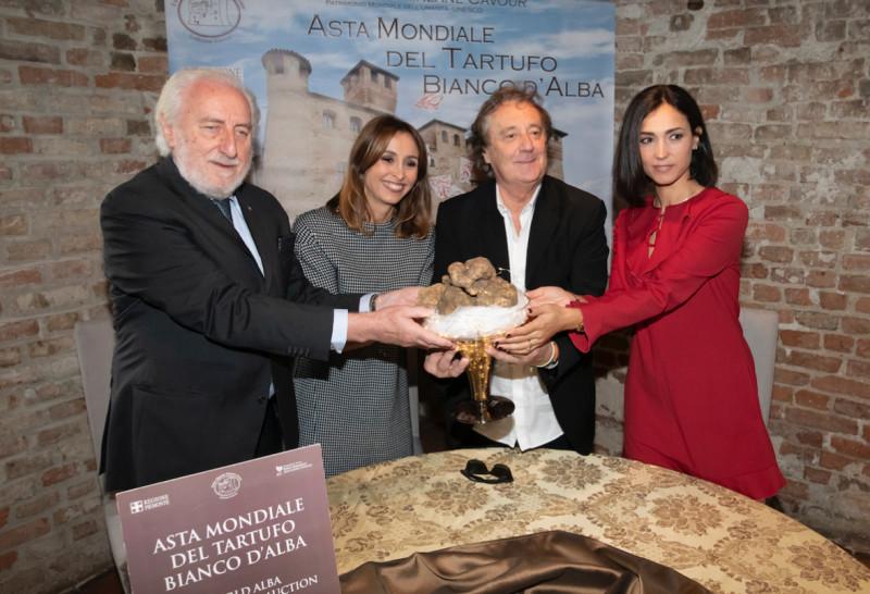 Raccolti quasi 400 mila euro all'asta mondiale del tartufo bianco di Alba