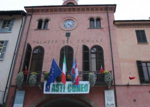 'Sì Asti-Cuneo': uno striscione appeso sul balcone del Palazzo Comunale di Alba