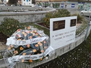 Rose color arancio per le donne vittime di violenza, accanto alla lapide che le ricorda a Cuneo