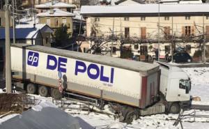 Camion esce di strada a San Damiano Macra