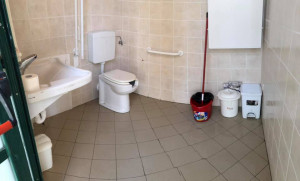 Fossano: il sindaco provvede alla pulizia dei bagni del parco cittadino