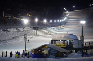 Staccano le protezioni a bordo della pista da sci e le usano come bob