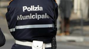 Sperona in auto un agente della Polizia Municipale e poi fugge: arrestato