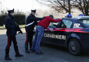 Arrestato un irregolare per estorsione, ricettazione e resistenza a pubblico ufficiale