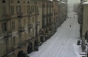 L'opinione: con la neve le scuole devono restare aperte? Il dibattito impazza sui social