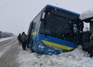 Autobus fuori strada a Madonna dell'Olmo, non ci sono feriti