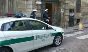 Con l'auto danneggia il portone di una scuola e fugge: individuato dalla Polizia Municipale