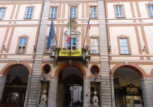 Il Comune di Cuneo espone la bandiera francese contro il Governo, ma l'azione è contro la legge