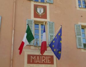 Tre sindaci della val Roya espongono il tricolore italiano sul Municipio