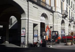 Continuano i lavori per installare il semaforo in Piazza Galimberti