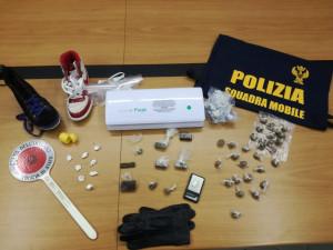 Donna 41enne arrestata per droga: a casa sua un vero e proprio laboratorio
