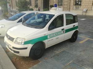 La Polizia Municipale sequestra la merce di un ambulante abusivo