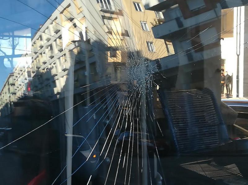 Dà in escandescenze e spacca il vetro di un pullman della linea 2 con un pugno