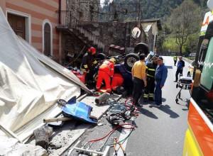 Sessantaduenne di Entracque finisce in un dehor con l'auto in valle Roya: due feriti