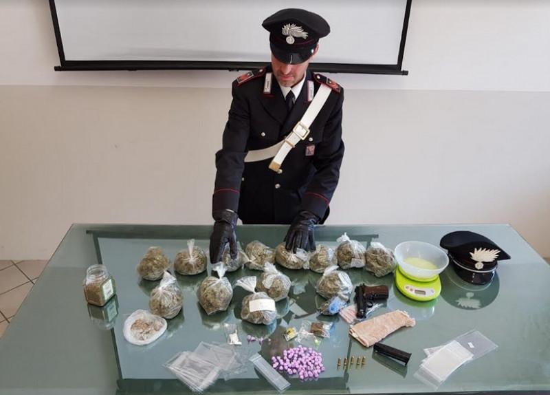 Ventidue anni, 86 pastiglie di ecstasy e una pistola rubata con cinque colpi nel caricatore