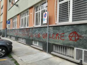 Iniziamo male: imbrattati i muri della città con scritte anarchiche (FOTO)