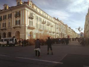 A Cuneo il corteo degli anarchici: insulti alla Polizia e cori contro Salvini, sognato 'a testa in giù'