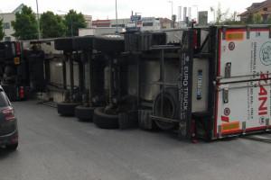 Camion si ribalta in rotatoria, traffico rallentato a Roreto di Cherasco