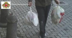 Abbandonava i rifiuti presso il condominio accanto al suo: scoperto dalla Polizia Municipale