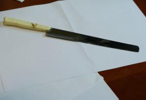 Alle tre di notte sbraita con in tasca un coltello da cucina: denunciato