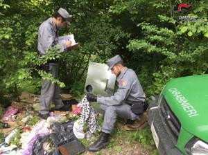 Dopo il trasloco noleggiano un furgone per buttare i rifiuti nel bosco